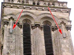 Antennes relais sur une façade d'église