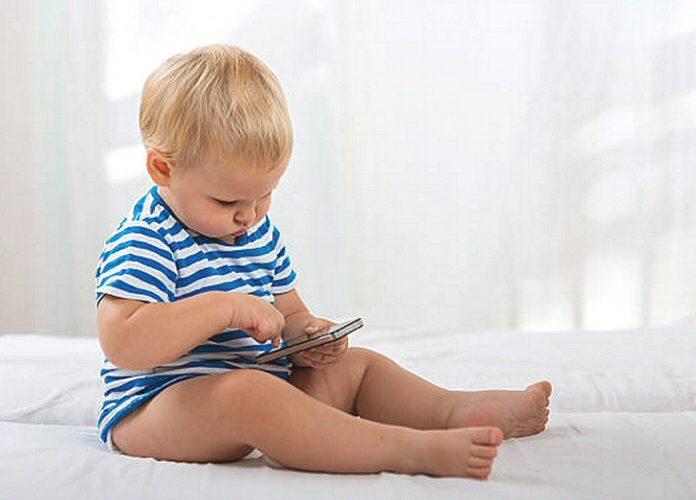 bébé joue avec votre téléphone portable