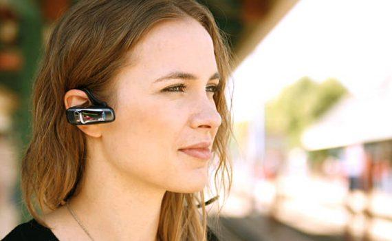 Jeune femme utilisant une connection Bluetooth