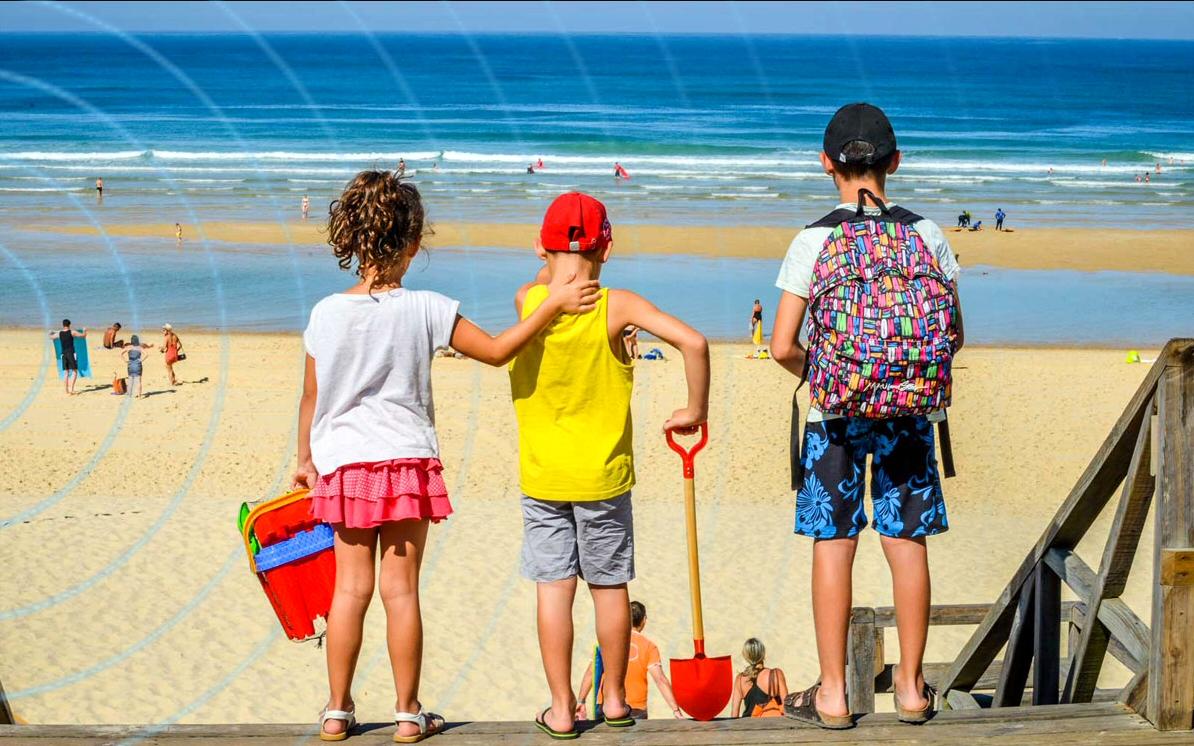 connecté en wifi haut-débit à la plage